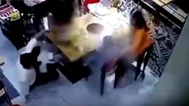 10 clip 'nóng': Tay không bắt rắn độc gần 2m trong bồn cầu
