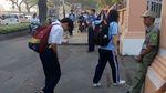 Xúc động cảnh học sinh cúi chào bảo vệ mỗi sáng