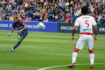 Neymar sút phạt thần sầu, PSG thắng tưng bừng 6-2