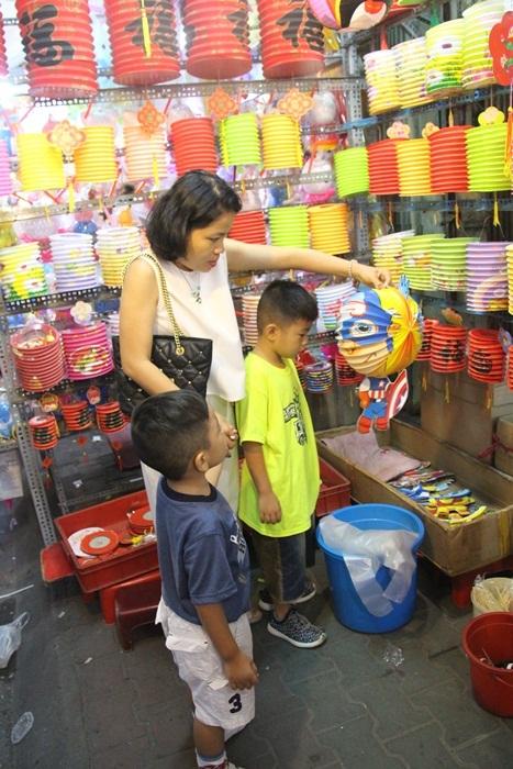 Chiều cuối tuần ở phố lồng đèn Phú Định