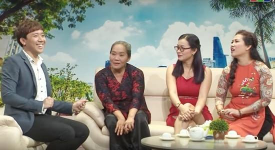 Trấn Thành tặng tiền và áo dài cho người phụ nữ làm giúp việc