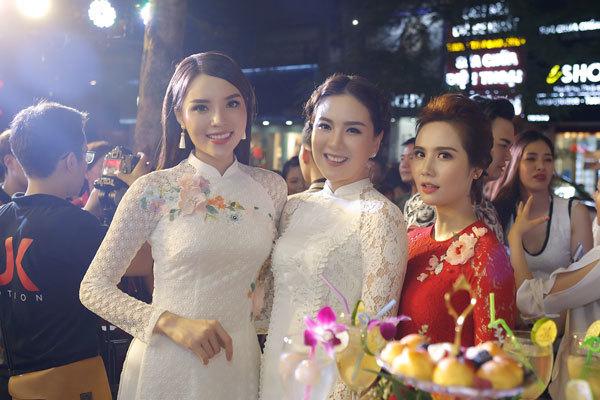 'Cô gái thời tiết' Mai Ngọc nổi bật không kém hoa hậu