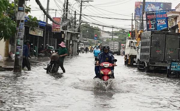 Sài Gòn mưa lớn nhiều giờ, cảnh báo ngập