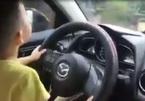 Mẹ vô tư để con nhỏ lái xe ô tô giữa trời mưa gió