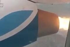 Động cơ máy bay bốc cháy ngùn ngụt trên không