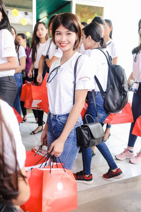 Em gái Lý Hùng diện áo nổi bật bên dàn thí sinh hoa hậu