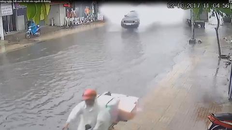 Ô tô phóng như bay trên đường ngập, hất nước té tát vào người đi đường