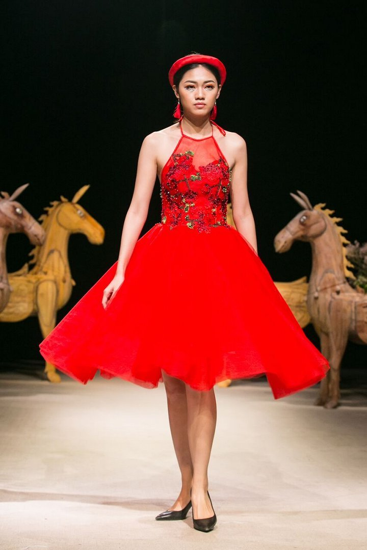 Á hậu Thanh Tú nổi bật trong show thời trang cao cấp