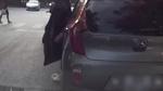Lên án tài xế taxi thản nhiên mở cửa, vứt rác giữa đường