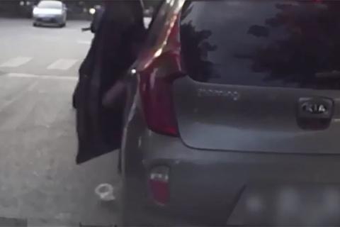 Dừng xe, thản nhiên mở cửa vứt rác xuống đường: Hành động gây bất bình