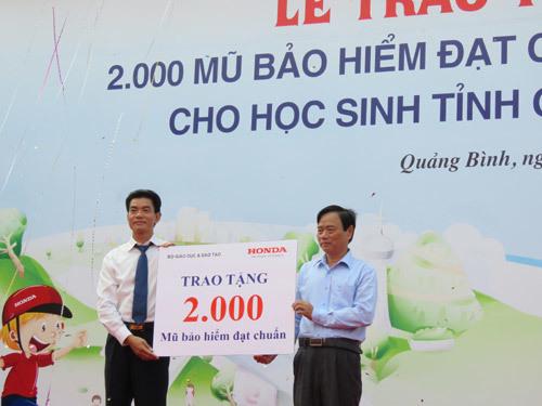 Honda tặng 2.000 mũ bảo hiểm cho học sinh Quảng Bình