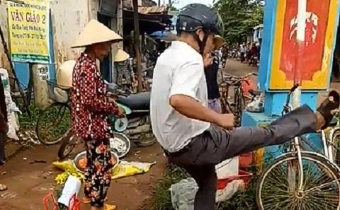 Trưởng công an xã đá văng hàng hóa của dân khi dẹp lề đường