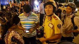 CSGT nói tiếng Anh 'như gió' giúp ông Đoàn Ngọc Hải xin lỗi du khách bị cướp