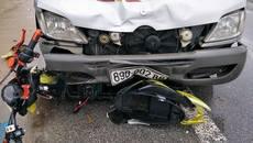 Xe máy điện kẹt cứng trước đầu xe khách, nam sinh tử vong