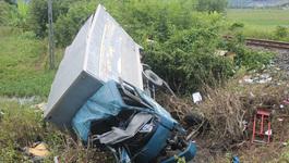 Tàu hỏa hất văng xe tải bẹp dúm, 3 người bị thương nặng