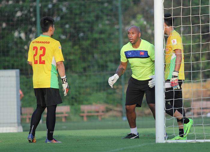 Thầy ngoại chê thủ môn Việt hay 'cóng', dù có thể chơi bóng ở châu Âu