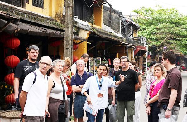 hướng dẫn viên du lịch, đồng tính, góc khuất nghề