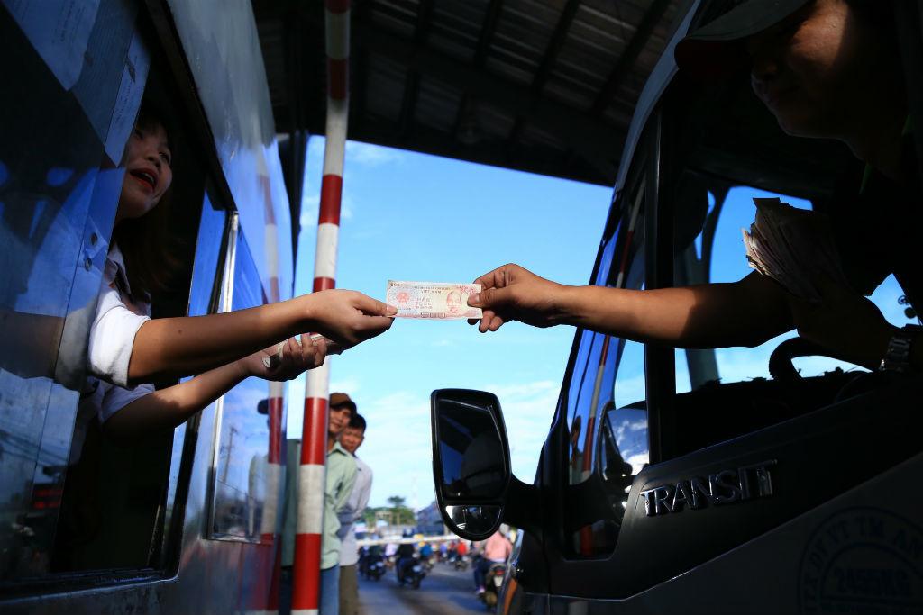 Quốc lộ 1 tê liệt khi tài xế trả tiền lẻ qua trạm BOT Biên Hòa