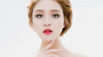 Sự kết hợp giữa màu môi và màu mắt tạo vẻ đẹp hoàn hảo cho khuôn mặt