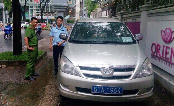Ông Đoàn Ngọc Hải xử một loạt ô tô biển xanh chiếm vỉa hè