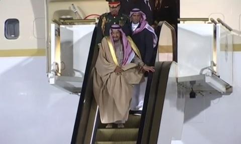 Thang máy vàng của Vua Salman bị mắc kẹt khi đến Nga