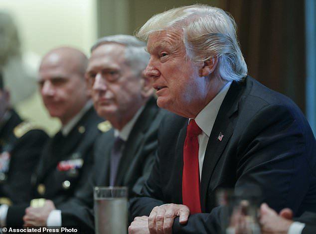 Khoảnh khắc 'bình tĩnh trước bão' của ông Trump