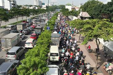 Ngàn xe chôn chân, nút cứng cửa ngõ Sài Gòn từ sáng tới trưa