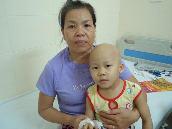 Con ung thư xương, cha mẹ nghèo đau khổ tìm cách cứu