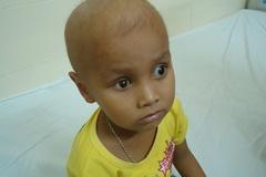 Xót thương bé trai mù hai mắt, tính mạng nguy hiểm vì bệnh ung thư