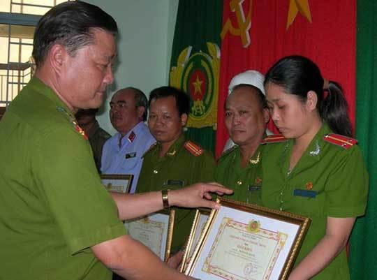 Đại tá Thái Văn Đợi trong một lần trao thưởng cho các đơn vị phá án