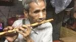 Người đàn ông mù ở Sài Gòn: Vợ bỏ đi, lầm lũi thổi sáo bán nhang nuôi 3 con