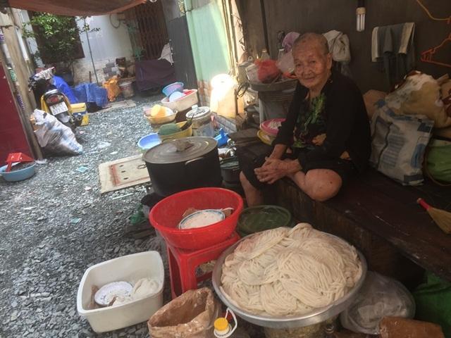 Cụ bà 90 tuổi tối ngủ bạt, ngày làm bánh tằm nuôi 2 con đau ốm