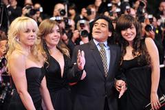"""Maradona kiện 2 con gái ra tòa vì tội """"thụt két"""""""