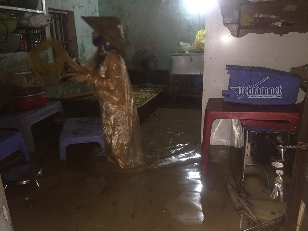 Bì bõm đẩy xe trong mưa lớn ở Hạ Long
