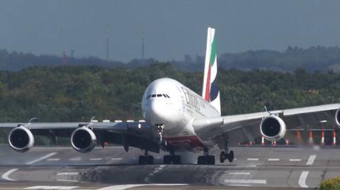 Airbus A380 lảo đảo hạ cánh trong bão lớn