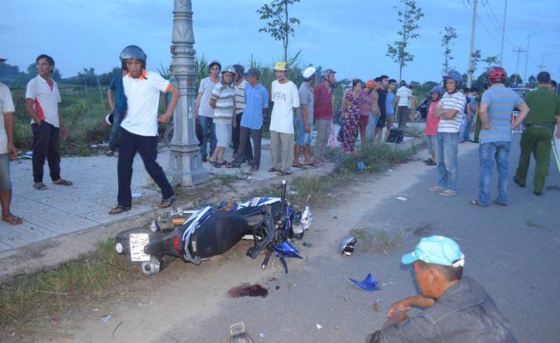 Chạy xe máy quá nhanh, thanh niên đâm thẳng trụ điện chết thảm