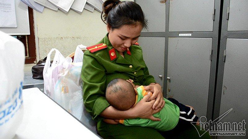 Bé trai được nữ thiếu úy công an cho bú: Có người xưng bố đến xin