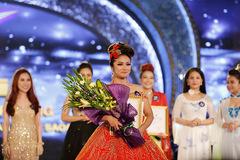 Tố Hoa ẵm ''mưa'' giải thưởng đêm chung kết Sao Mai 2017