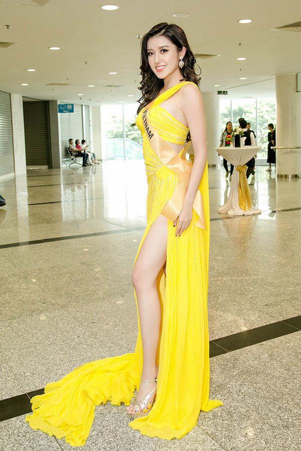 Huyền My diện đầm xẻ đùi vàng rực khoe chân dài miên man