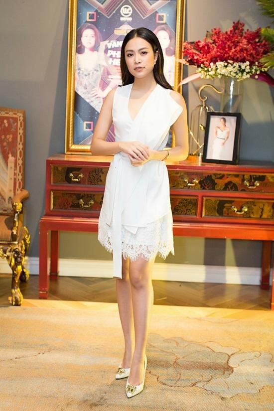 Hoàng Thùy Linh nền nã đầm trắng, Huyền My lộng lẫy với đầm xẻ cao