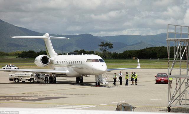 Tiếp viên hàng không, Hành khách, máy bay,  phi công, bí mật hàng không