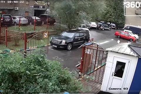 Đạp nhầm chân ga, cụ ông phá tan bãi đỗ xe trong tích tắc