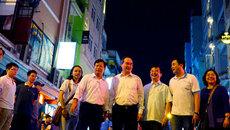 Ông Nguyễn Thiện Nhân trò chuyện cùng khách Tây trên phố đi bộ