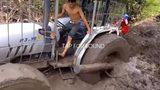 Đây là cách để ô tô vượt qua vũng lầy dễ dàng