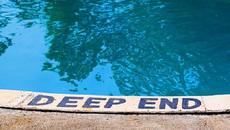 """""""Off the deep end"""" có nghĩa là gì?"""