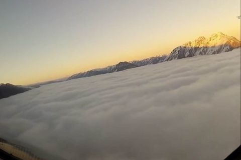 Phi công nhìn thấy gì khi máy bay rẽ mây hạ cánh