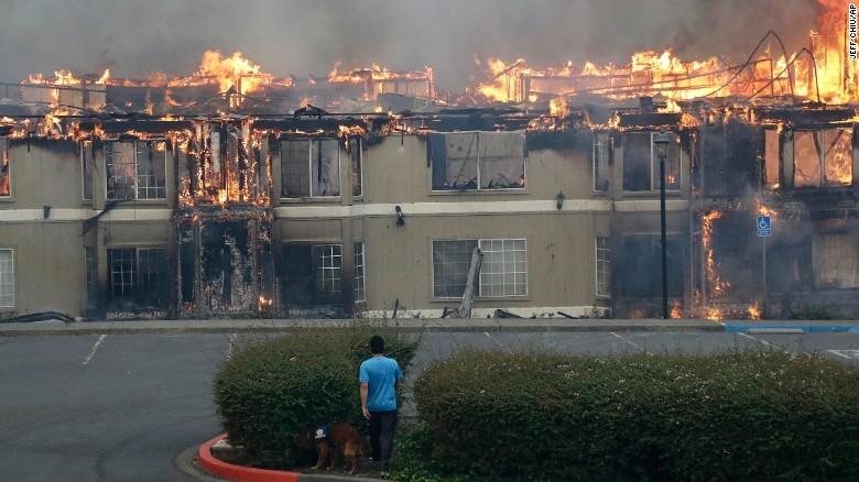 Cháy rừng dữ dội tại Mỹ, 10 người thiệt mạng