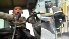 Rùng mình xem cậu bé 5 tuổi lái máy xúc