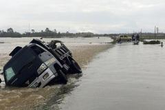 Lũ ập vỡ đập cuốn phăng xe tải, nhiều tuyến đường bị chia cắt