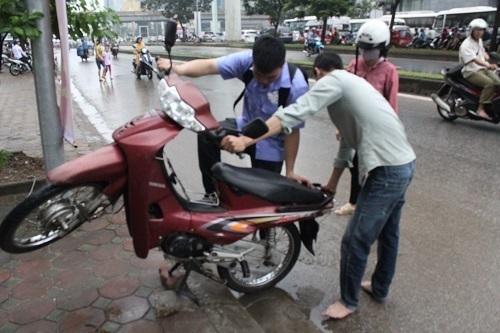 Cách xử lý khi xe máy bị ngập nước, chết máy